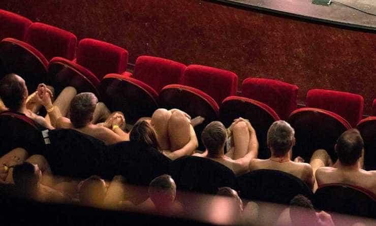En Francia una obra invita a los espectadores a presenciar la obra desnudos